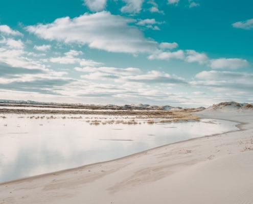 Hvit strand og blå himmel