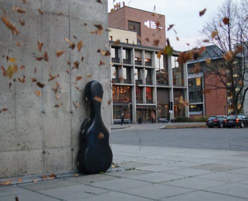 Gitarkasse foran Norges Musikkhøgskole