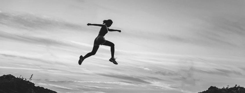 Dame hopper i løp