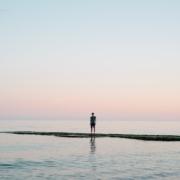 Person ser ut over havet