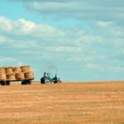 Illustrativt bilde av traktor på en åker